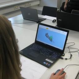 Praktikum Schüler mit Laptop