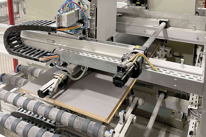 Kantenlackieranlage im Einsatz Das Schabloniersystem schützt die Türblätter vor Lackspritzer