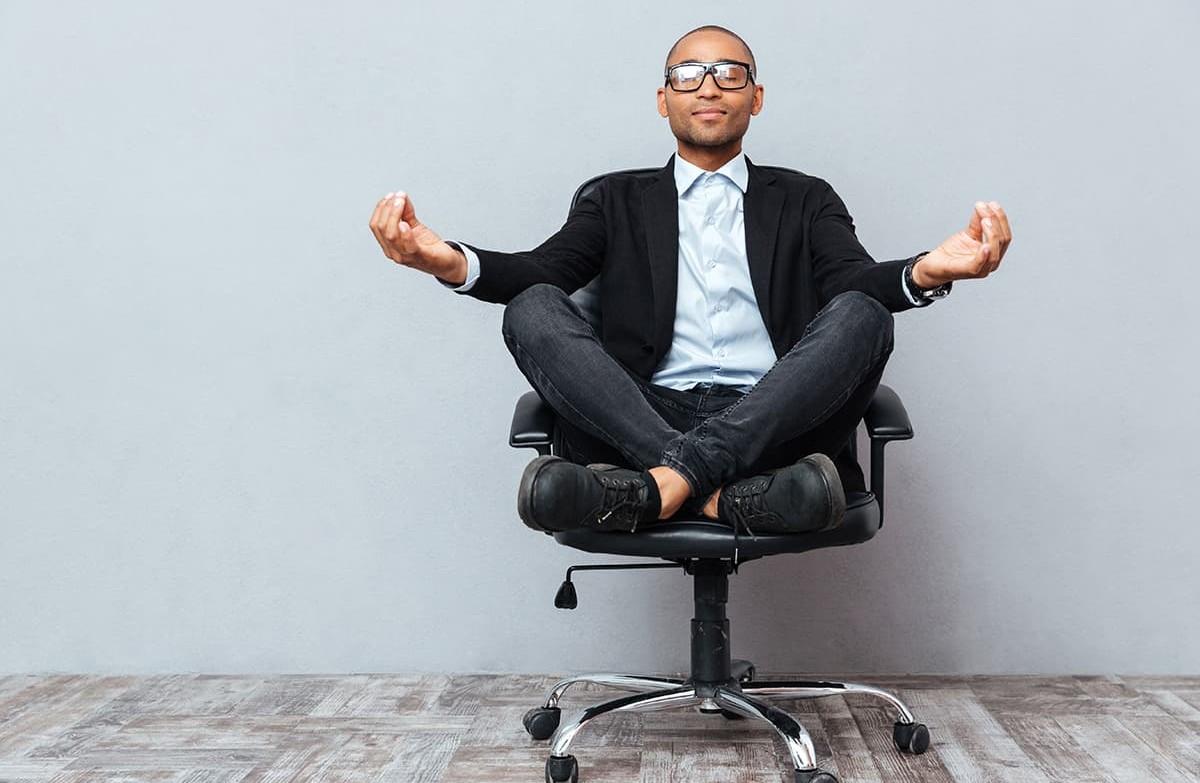 Abbildung Mann auf Bürostuhl